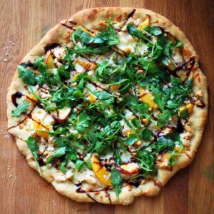 cauliflower crust pizza with chicken, kale, pesto